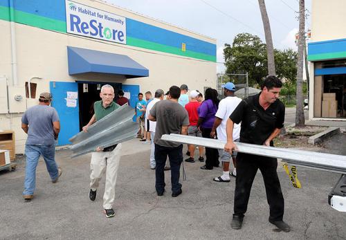 آماده شدن مردم ایالت فلوریدا آمریکا برای توفان مهیب