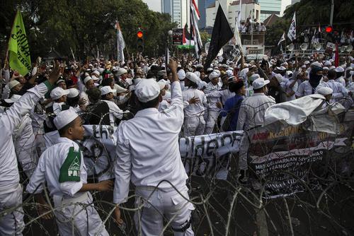 تظاهرات هزاران معترض اندونزیایی در مقابل سفارت میانمار در جاکارتا در اعتراض به کشتار مسلمانان میانماری