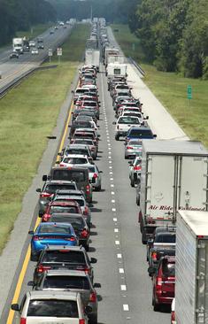 ترافیک سنگین خودروها برای رفتن به مناطق امن، همزمان با نزدیک شدن توفان