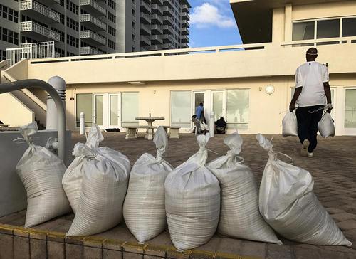 استحکام بندی ساختمان های ایالت فلوریدا آمریکا همزمان با نزدیک شدن توفان