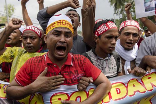 تظاهرات صدها مسلمان روهینگیایی در مقابل سفارت میانمار در کوالالامپور مالزی در اعتراض به کشتار هم کیشانشان در استان راخین میانمار