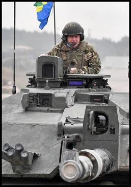 وزیر امور خارجه بریتانیا سوار بر یک تانک بریتانیایی در بازدید از نیروهای نظامی کشورش و ناتو که در کشور استونی در حوزه بالتیک مستقر هستند