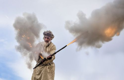 شلیک با یک توپ دستی کوچک به افتخار برگزاری یک جشن عروسی در شهر مسقط عمان