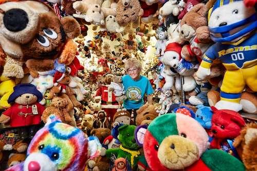 جکی میلی آمریکایی دارنده رکورد گینس برای داشتن بزرگ ترین مجموعه عروسک های خرسی