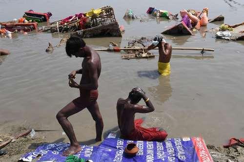 حمام گرفتن مردان هندو در رود