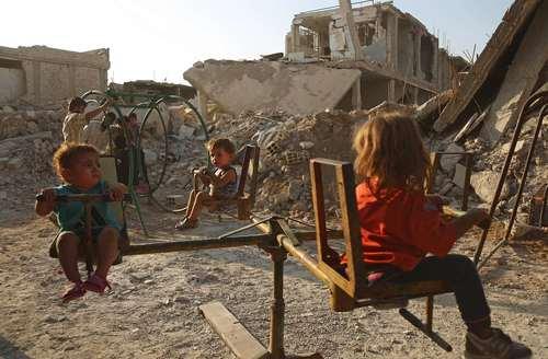 بازی کودکان در پارکی در شهر جنگ زده دوما در سوریه