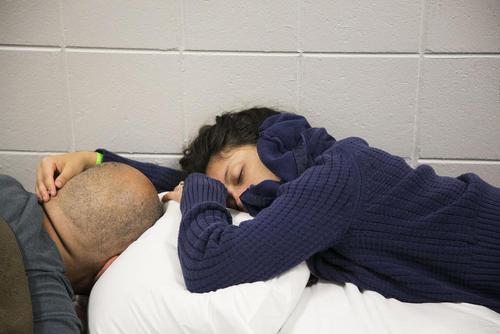 خواب یک زن و شوهر در اردوگاه موقت اسکان توفان زدگان در شهر سنت پترز بورگ ایالت فلوریدا آمریکا