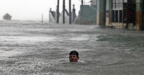 شنا کردن در سیلاب ناشی از توفان ایرما در شهر هاوانا کوبا