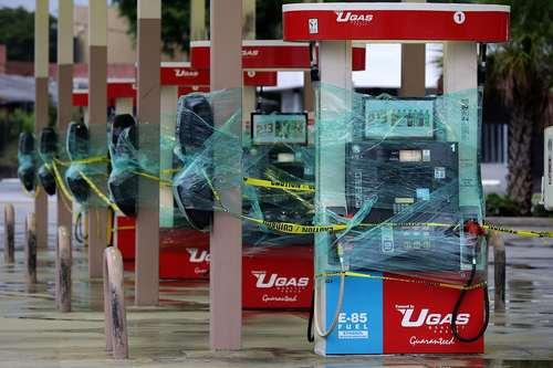 نایلون پیچ کردن پمپ های بنزین برای ایمن ماندن از توفان ایرما در شهر