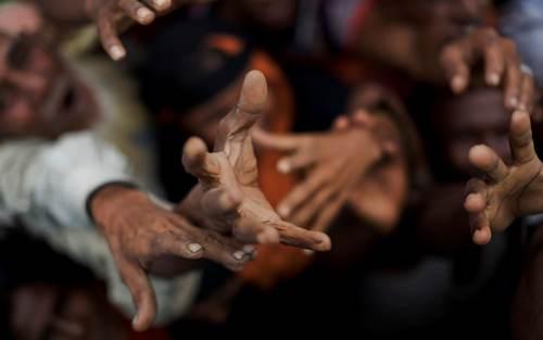 توزیع غذا بین پناهجویان مسلمان میانماری در اردوگاهی در بنگلادش