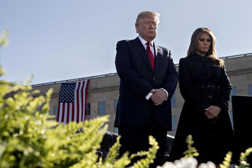دونالد و ملانیا ترامپ در حال سکوت یک دقیقه ای در مراسم گرامیداشت یاد قربانیان حادثه 11 سپتامبر در محوطه ساختمان پنتاگون در حومه واشنگتن