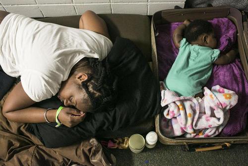 خواب مادر و دختر در مرکز استقرار توفان زدگان در شهر سنت پترزبورگ ایالت فلوریدا آمریکا