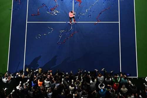 رافائل نادال تنیسور مشهور پس از قهرمانی در فینال مسابقات تنیس اوپن آمریکا در مقابل دوربین های خبرنگاران – نیویورک