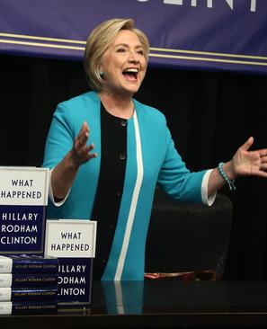 هیلاری کلینتون در مراسم امضای کتاب جدیدش در نیویورک