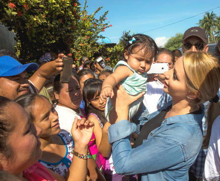 بانوی اول مکزیک در جمع زلزله زدگان مکزیکی در جنوب این کشور