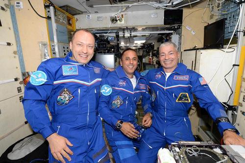 سلفی شادانه 1 فضانورد روسی – سمت چپ تصویر- و 2 فضانورد آمریکایی پس از عزیمت موفق به ایستگاه فضایی بین المللی با فضا پیمای سایوز روس