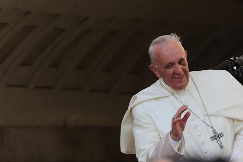 پاپ فرانسیس در مراسم نیایش هفتگی در واتیکان با صورت زخمی سوغات سفر اخیرش به کلمبیا