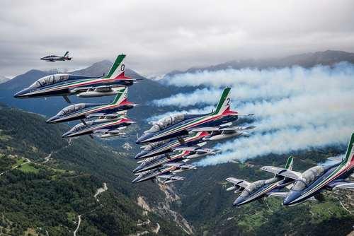 اجرای نمایش گروه آکروباتیک نیروی هوایی ایتالیا در نمایشگاه هوایی در سیون سوییس