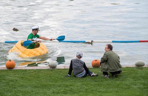 مسابقات قایقهای کدوتنبلی در حاشیه هجدمین نمایشگاه سالانه کدوتنبل در آلمان