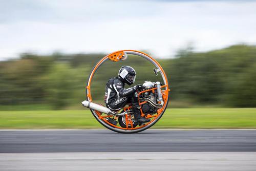 شرکت با یک خودرو تکچرخ در مسابقات سالانه سرعت در یورکشایر بریتانیا
