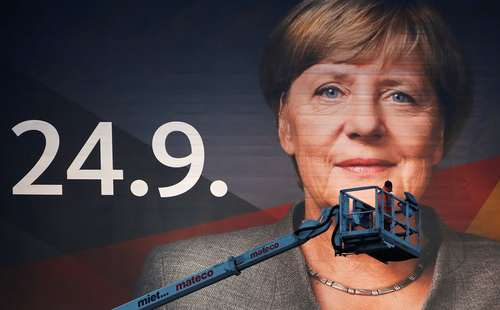 نصب یک بنر تبلیغاتی بزرگ از صدراعظم آلمان در آستانه انتخابات سراسری آلمان در شهر دویسبورگ
