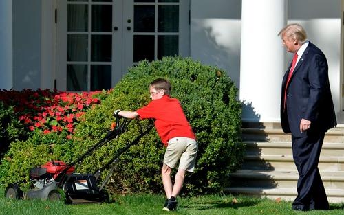 رییس جمهور آمریکا در حال تماشای کار چمنزنی یک داوطلب 11 ساله در محوطه چمن کاخ سفید