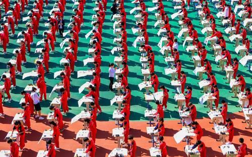 مسابقه خوشنویسی بین هزار دانشآموز در مدرسه ای در شهر شنیانگ چین