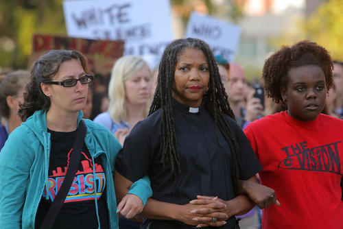 تظاهرات سکوت در اعتراض به صدور حکم تبرئه یک پلیس که به ضرب گلوله یک جوان سیاه پوست را کشته بود / شهر سنت لوییس در ایالت میسوری آمریکا