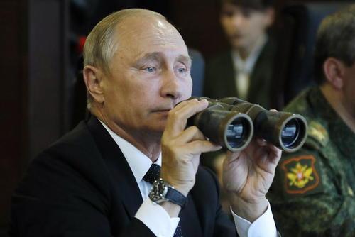 ولادیمیر پوتین در حال نظارت بر بخشی از رزمایش مشترک ارتش روسیه و بلاروس در منطقه لنینگراد روسیه