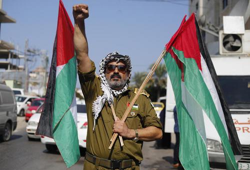 تظاهرات در اعلام همبستگی با زندانیان فلسطینی در زندان های اسراییل در مقابل مقر صلیب سرخ در باریکه غزه