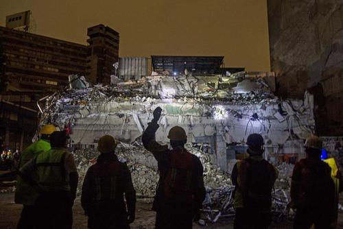 ادامه عملیات آواربرداری پس از زلزله در پایتخت مکزیک