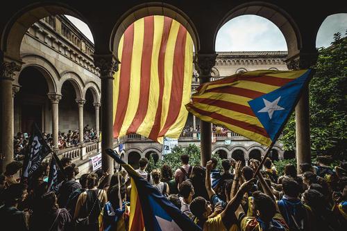 گردهمایی دانشجویالن استقلال طلب منطقه کاتالونیا اسپانیا در دانشگاه شهر بارسلونا در حمایت از برگزاری همه پرسی استقلال این منطقه از اسپانیا