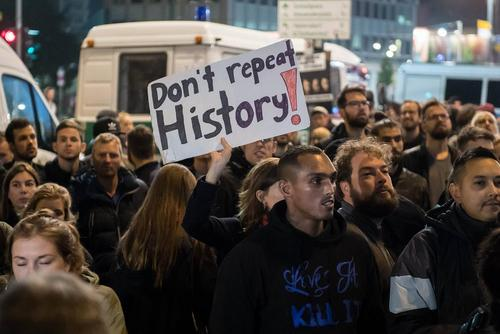 گردهمایی مخالفان راست های افراطی آلمان در شهر برلین در مخالفت با مواضع حزب راست افراطی