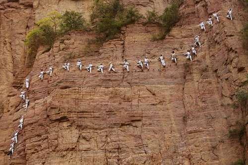 چالش تمرین یوگا روی صخره – چین