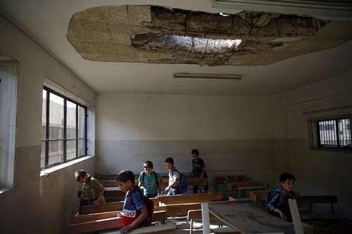 کلاس درس آسیب دیده از جنگ در منطقه دوما در حومه شهر دمشق سوریه