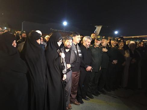 تصویری از حضور فرماندهان ارشد سپاه و خانواده معظم شهید حججی در انتظار پیکر مطهر شهید