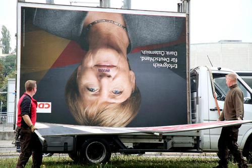 جمع آوری بنرهای تبلیغاتی – انتخاباتی در شهر برلین پس از اتمام انتخابات سراسری آلمان