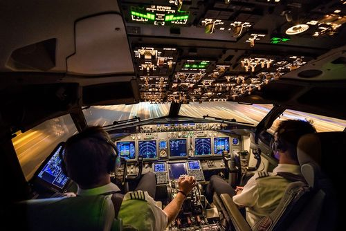 لحظه نشاندن یک هواپیما روی باند فرودگاه بین المللی شهر آمستردام – عکس روز نشنال جئوگرافی