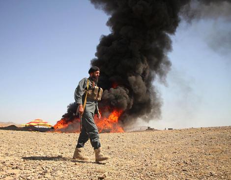 آتش زدن 13 تن مواد مخدر کشف شده از قاچاقچیان در ننگرهار افغانستان