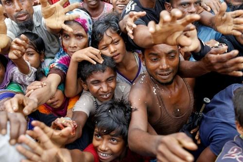 پناهجویان مسلمان روهینگا در انتظار دریافت بسته های غذایی و کمک   این افراد از میانمار فرار کرده اند  اردوگاه کوتوبالونگ در شهر تکناف در بنگلادش/ خبرگزاری فرانسه