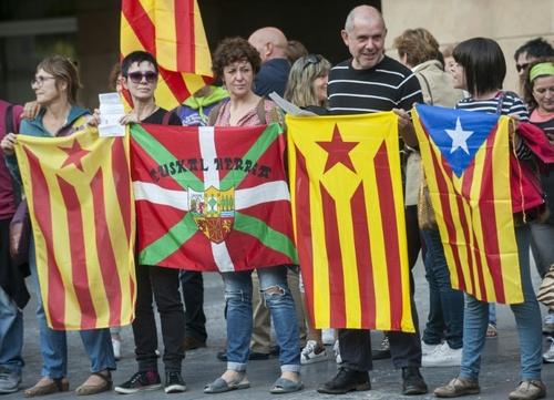 تظاهرات حمایت از استقلال مناطق کاتالونیا و باسک اسپانیا - شهر ايرانديو در منطقه باسک اسپانیا / خبرگزاری فرانسه