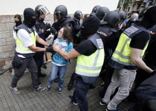 درگیری میان پلیس دولت مرکزی اسپانیا و حامیان همه پرسی استقلال کاتالونیا در شهر بارسلون
