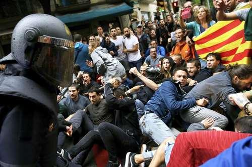درگیری پلیس اسپانیا با استقلال طلبان منطقه کاتالونیا در شهر بارسلونا