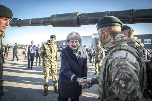 بازدید نخست وزیر بریتانیا از پایگاه نظامی ناتو در تاپا استونی
