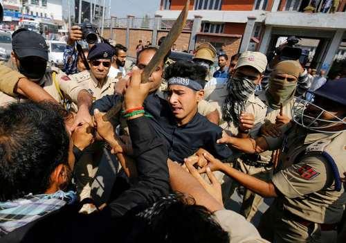 درگیری عزاداران شیعه ماه محرم با پلیس هند در منطقه کشمیر