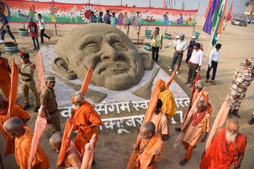 ساختن مجسمه شنی مهاتما گاندی رهبر استقلال هند در سالگرد زادروز او – الله آباد هند