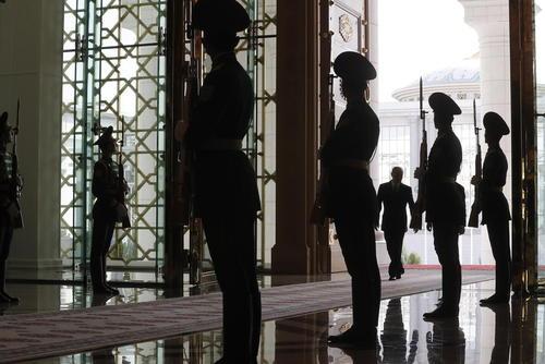 ورود رییس جمهور روسیه به همراه همتای ترکمنستانی به کاخ ریاست جمهوری در شهر عشق آباد