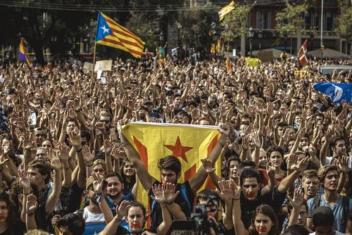 تظاهرات سکوت از سوی حامیان استقلال کاتالونیا در شهر بارسلونا در محکومیت رفتار خشن پلیس اسپانیا در روز برگزاری همه پرسی استقلال این منطقه از اسپانیا