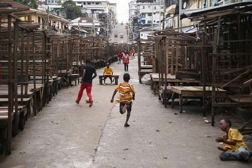 فوتبال بازی نوجوانان در یک بازار متروک در شهر مونرویا در کشور آفریقایی لیبریا