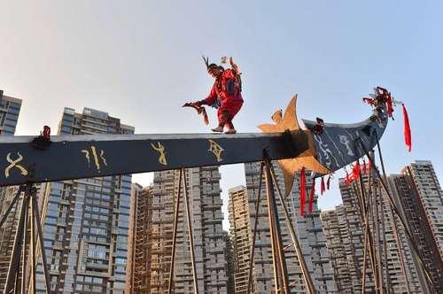 عبور از روی تیغه یک شمشیر بزرگ در جشن ملی چین